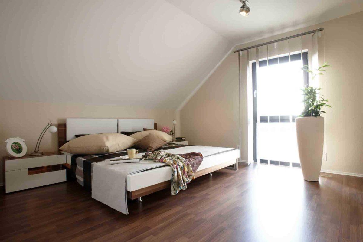 VIO 400 – Musterhaus Köln - Ein Raum voller Möbel auf einem harten Holzboden - FingerHaus