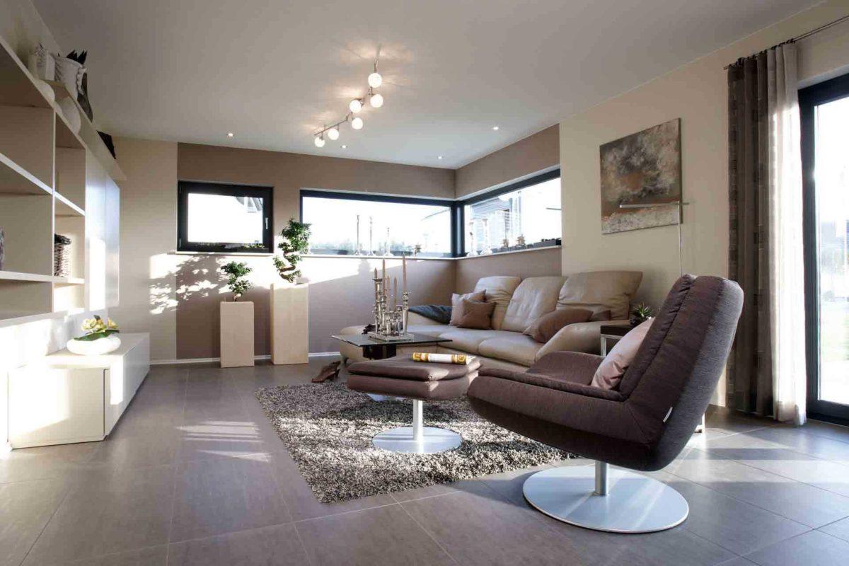 VIO 400 – Musterhaus Köln - Ein Wohnzimmer mit Möbeln und einem großen Fenster - FingerHaus