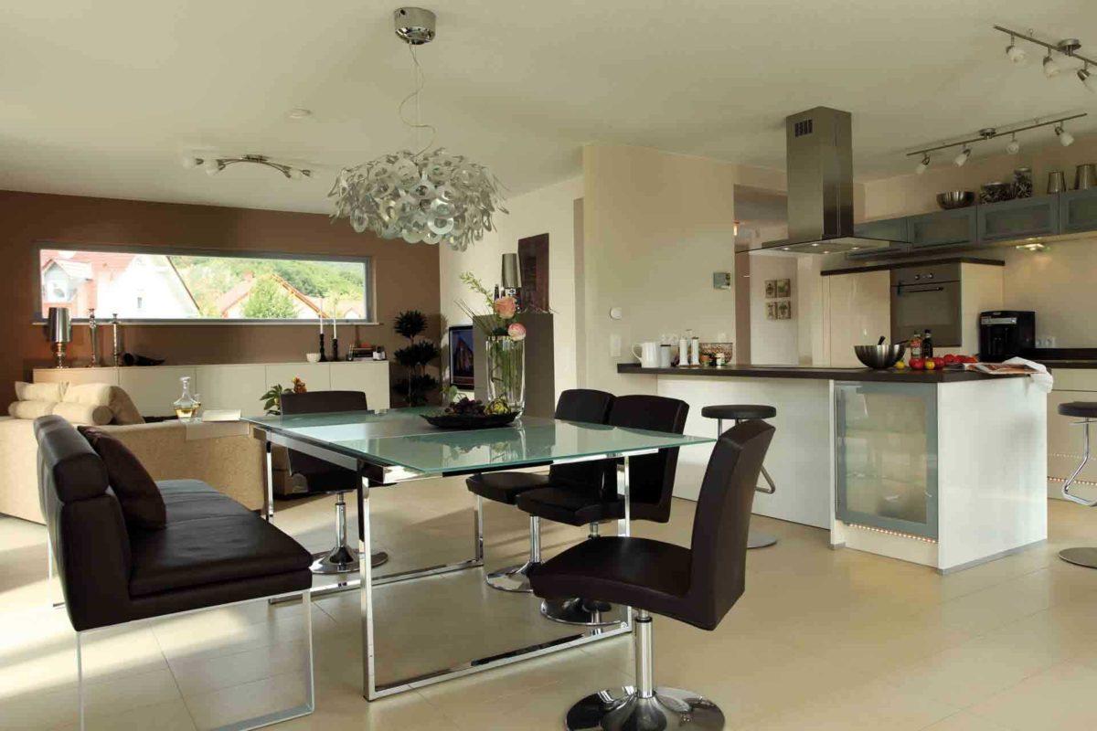 FLAIRplus – Musterhaus Marburg - Ein Raum mit Möbeln und einem Tisch - FingerHaus