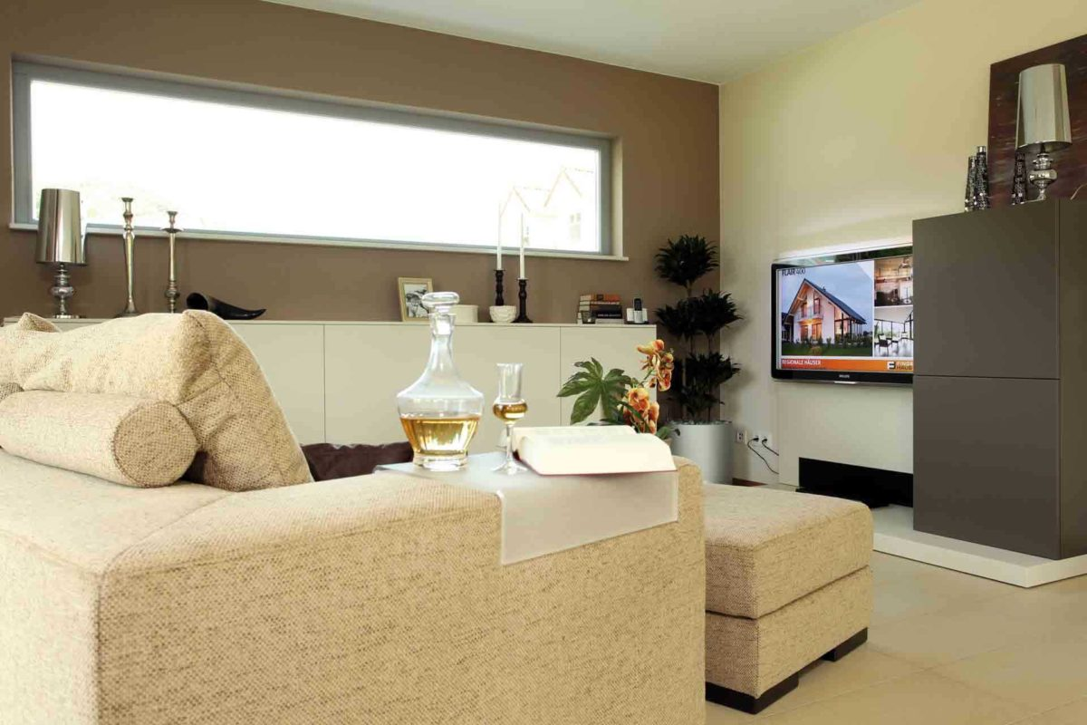 FLAIRplus – Musterhaus Marburg - Ein Schlafzimmer mit einem Bett und einem Spiegel - FingerHaus GmbH - Musterhaus Marburg