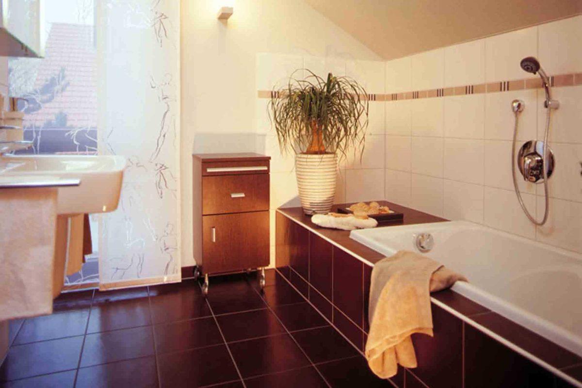 FINO 300 A – Musterhaus Würzburg - Eine küche mit waschbecken und spiegel - Musterhaus Estenfeld