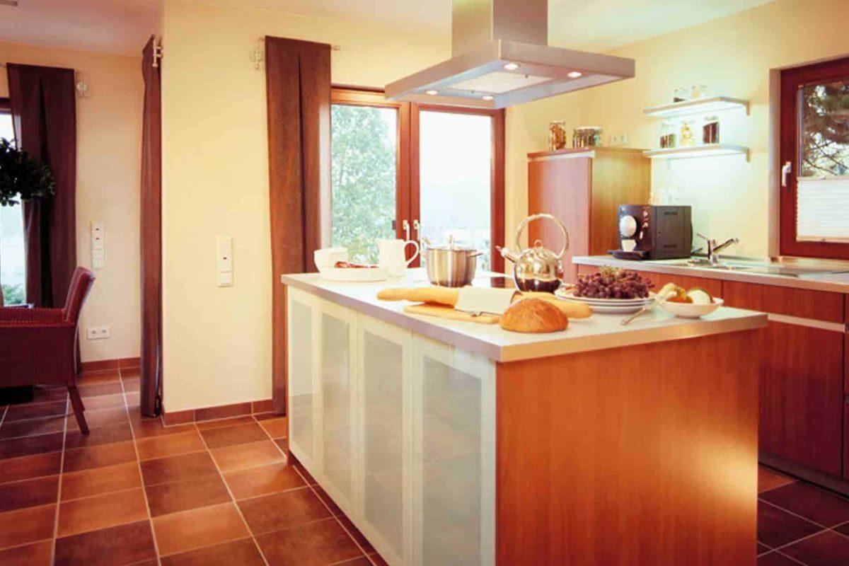 FINO 300 A – Musterhaus Würzburg - Eine Küche mit Holzboden - FingerHaus