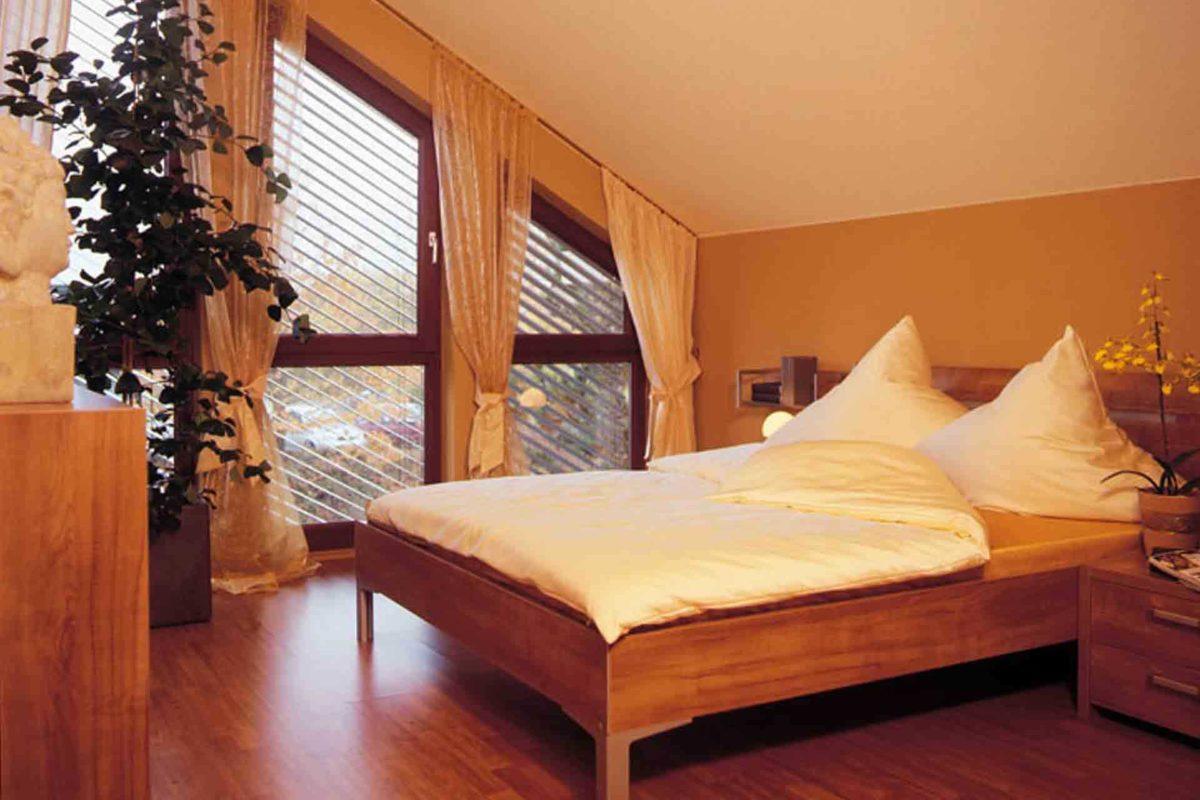 FINO 300 A – Musterhaus Würzburg - Ein Schlafzimmer mit Holzboden - FingerHaus