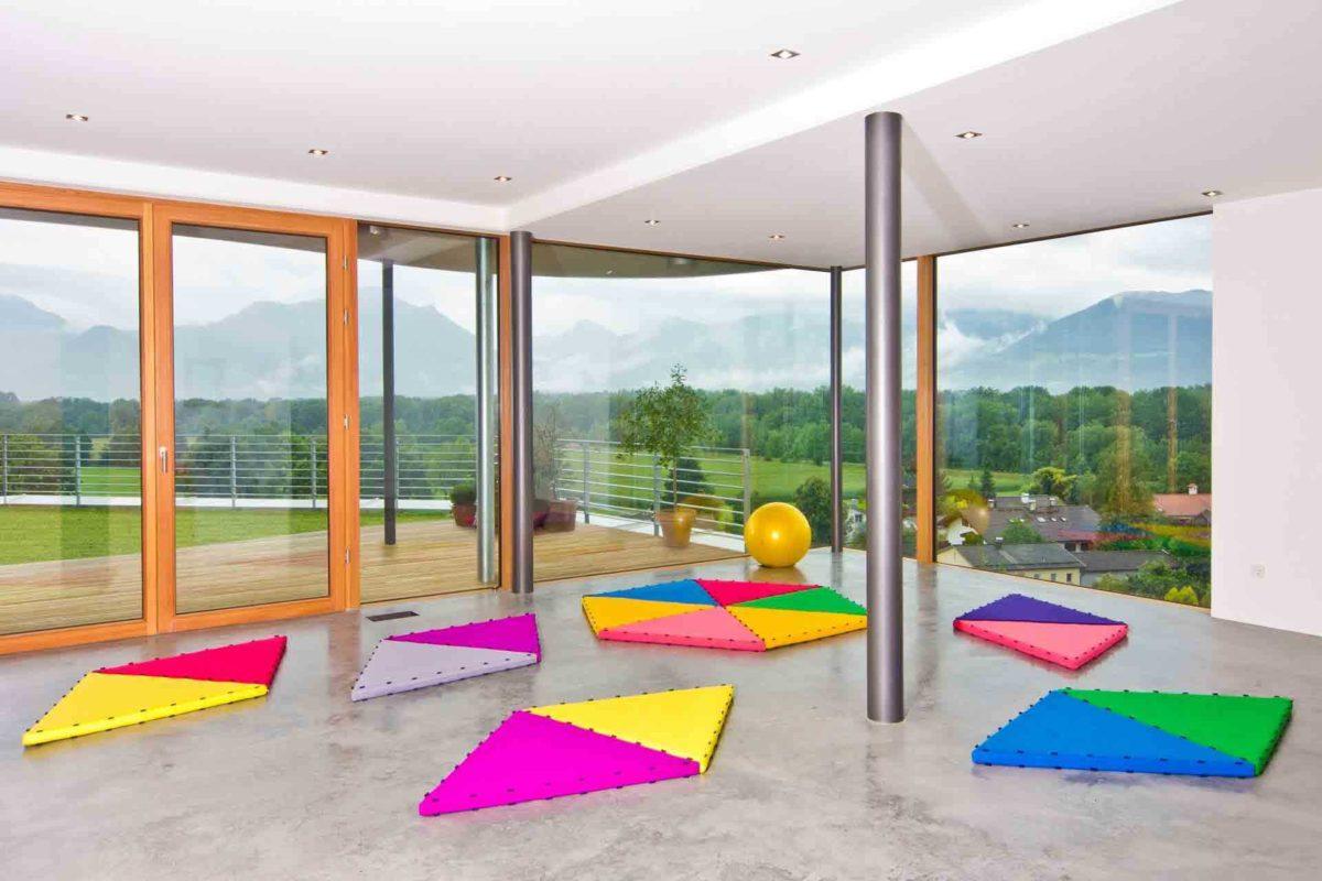 Haus Weitblick - Ein Schlafzimmer mit einem großen Fenster - Haus