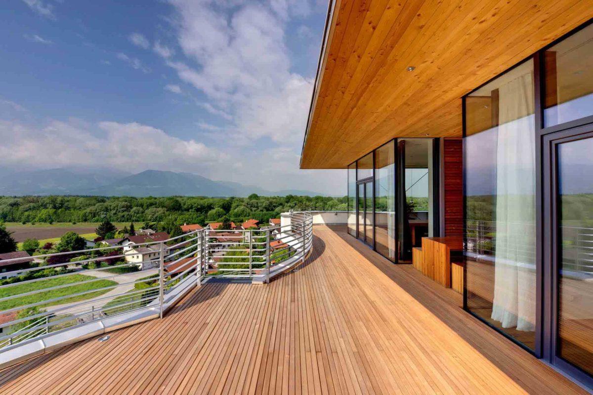 Haus Weitblick - Ein großer langer Zug auf einer Stahlschiene - Moderne Architektur