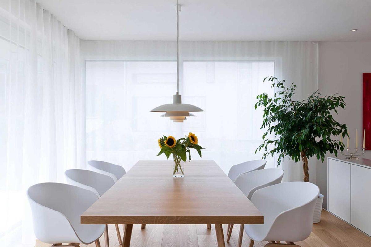 Killesberg - Ein Wohnzimmer mit Möbeln und einem großen Fenster - Interior Design Services
