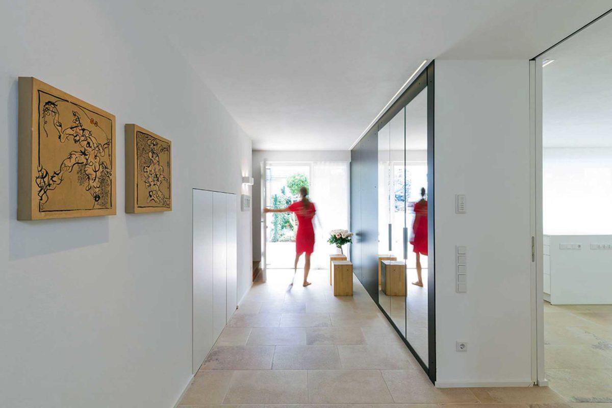 Killesberg - Ein Raum mit weißen Wänden -