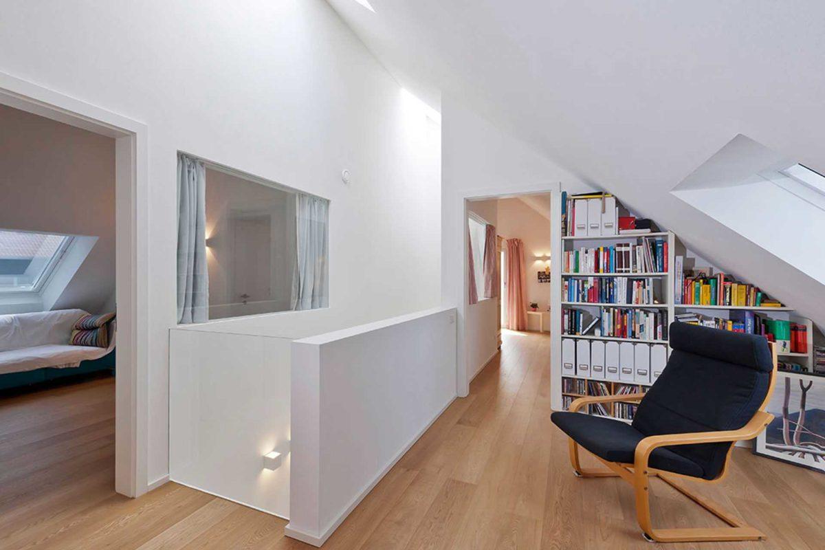 Killesberg - Ein Raum voller Möbel und Holzböden - Die Architektur