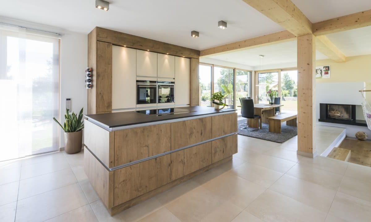 Individuelles Architektenhaus - Eine Küche mit Fliesenboden - Küche