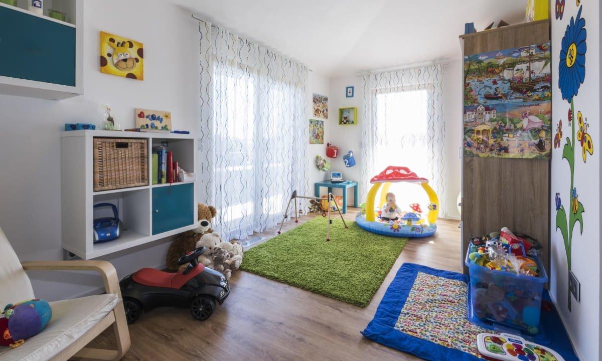 Individuelles Architektenhaus - Ein weißer Kühlschrank mit Gefrierfach sitzt in einem Schlafzimmer - Interior Design Services