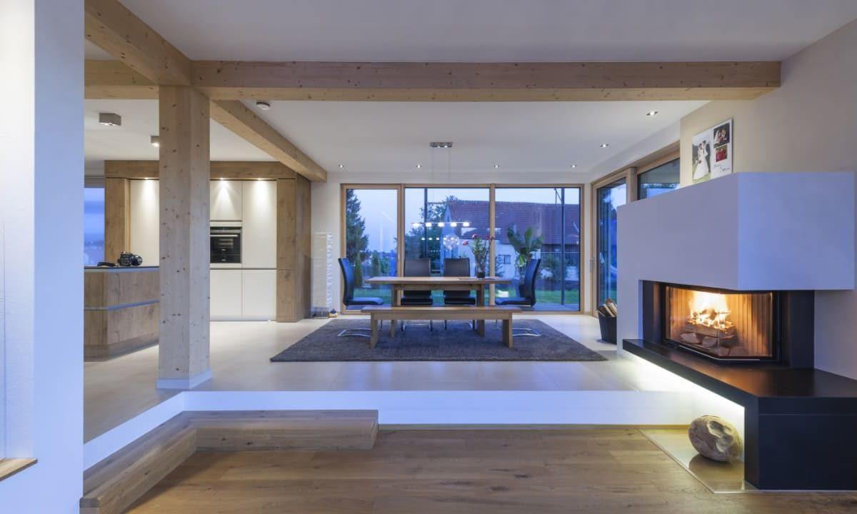 Individuelles Architektenhaus - Eine Ansicht eines mit Möbeln und einem Kamin gefüllten Wohnzimmers - Die Architektur