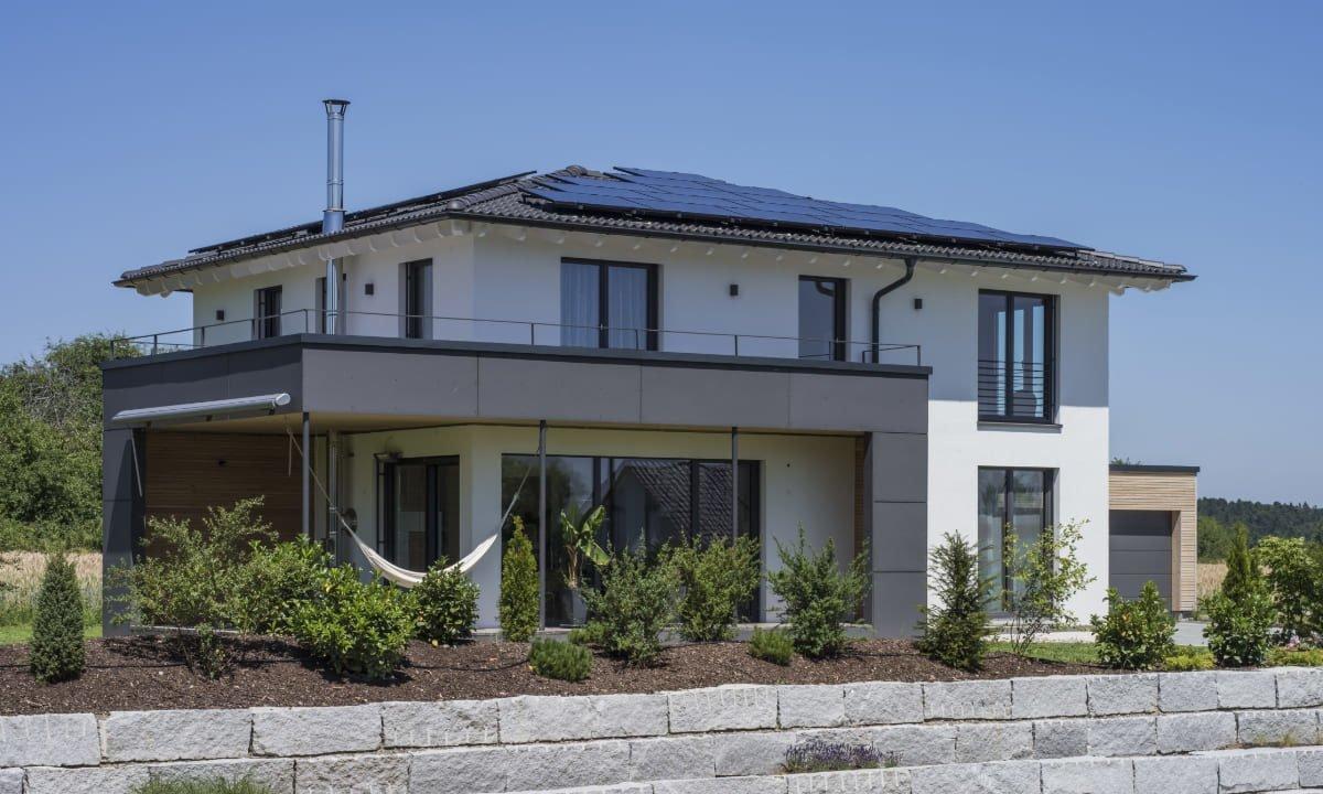Individuelles Architektenhaus - Ein Haus an der Seite eines Gebäudes - Haus