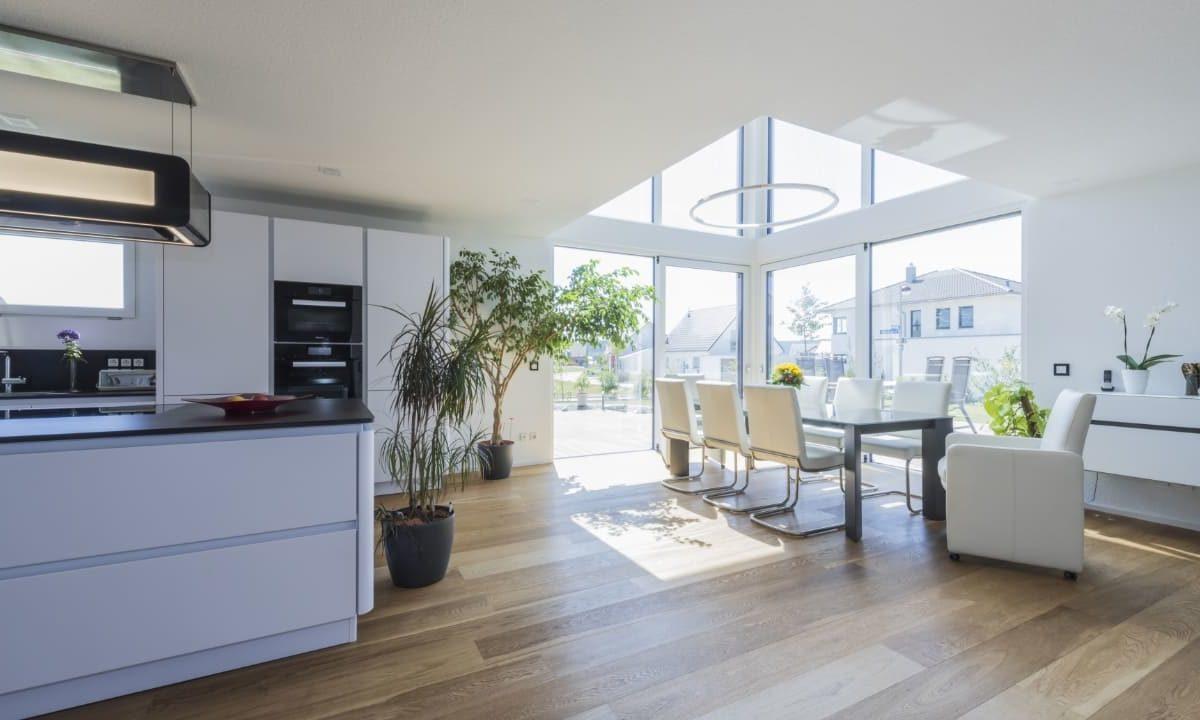 Haus-Empfingen - Ein Wohnzimmer mit Möbeln und einem großen Fenster - Küche