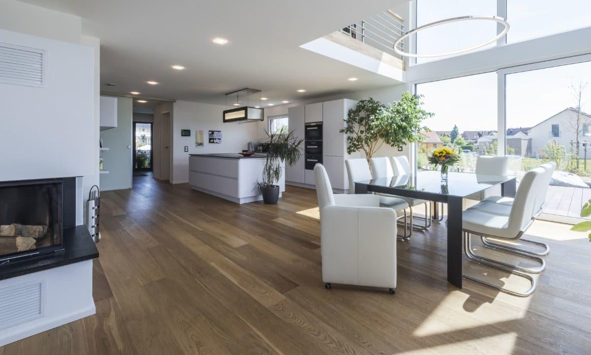 Haus-Empfingen - Ein Wohnzimmer mit Möbeln und einem großen Fenster - KitzlingerHaus