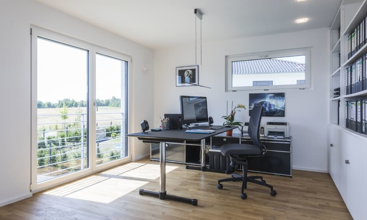 Haus-Empfingen - Ein Wohnzimmer mit Möbeln und einem großen Fenster - Büro