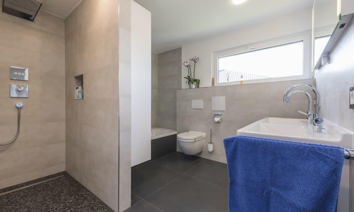 Haus-Empfingen - Ein zimmer mit waschbecken und spiegel - Bad