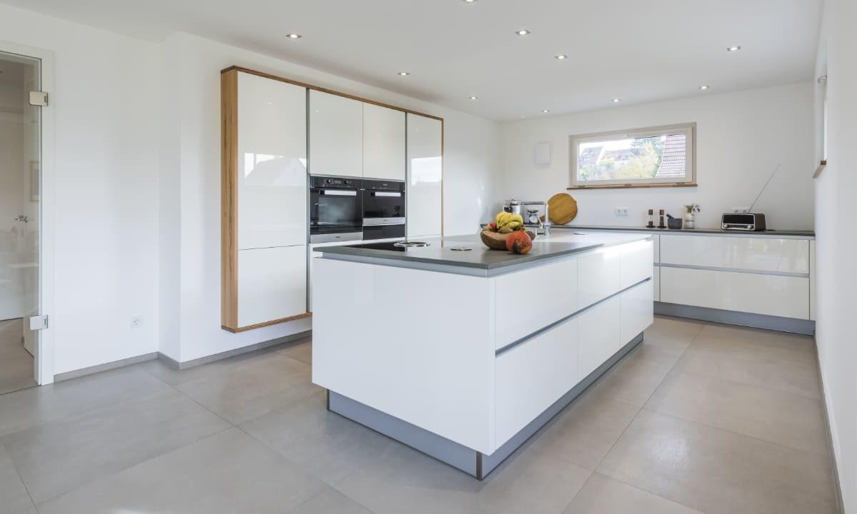 Kundenhaus Malmsheim - Ein großer weißer Kühlschrank in einer Küche - Klassische Küche