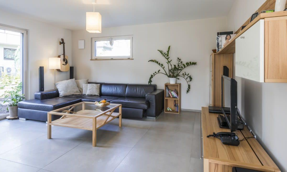 Kundenhaus Malmsheim - Ein wohnzimmer mit holzboden - Wohnzimmer
