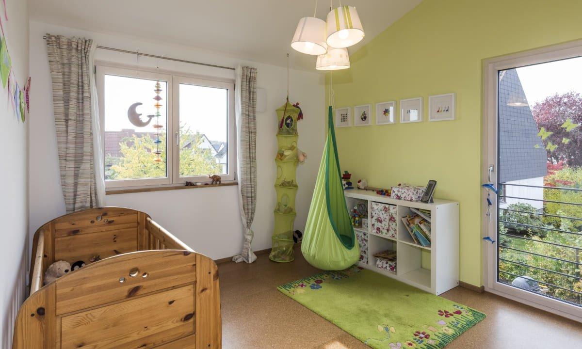 Kundenhaus Malmsheim - Ein Schlafzimmer mit einem Bett und einem Schreibtisch in einem kleinen Raum - Schlafzimmer