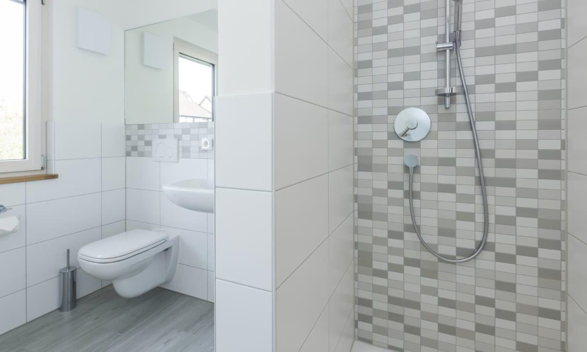 Kundenhaus Malmsheim - Eine weiße Spüle sitzt unter einem Spiegel - Bad