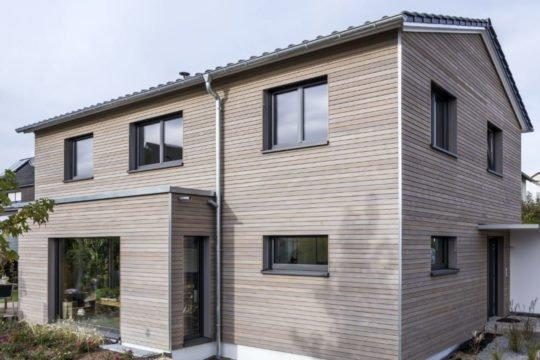 Kundenhaus Malmsheim - Ein Haus vor einem Backsteingebäude - Fassade
