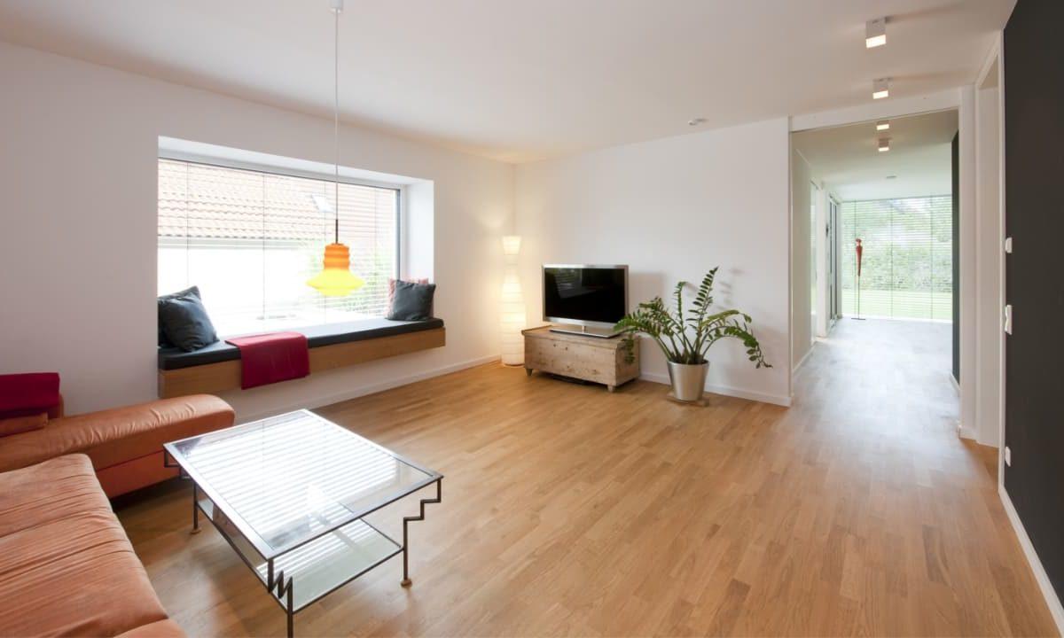 Kundenhaus in Unterfranken - Ein Wohnzimmer voller Möbel auf einem harten Holzboden - Interior Design Services