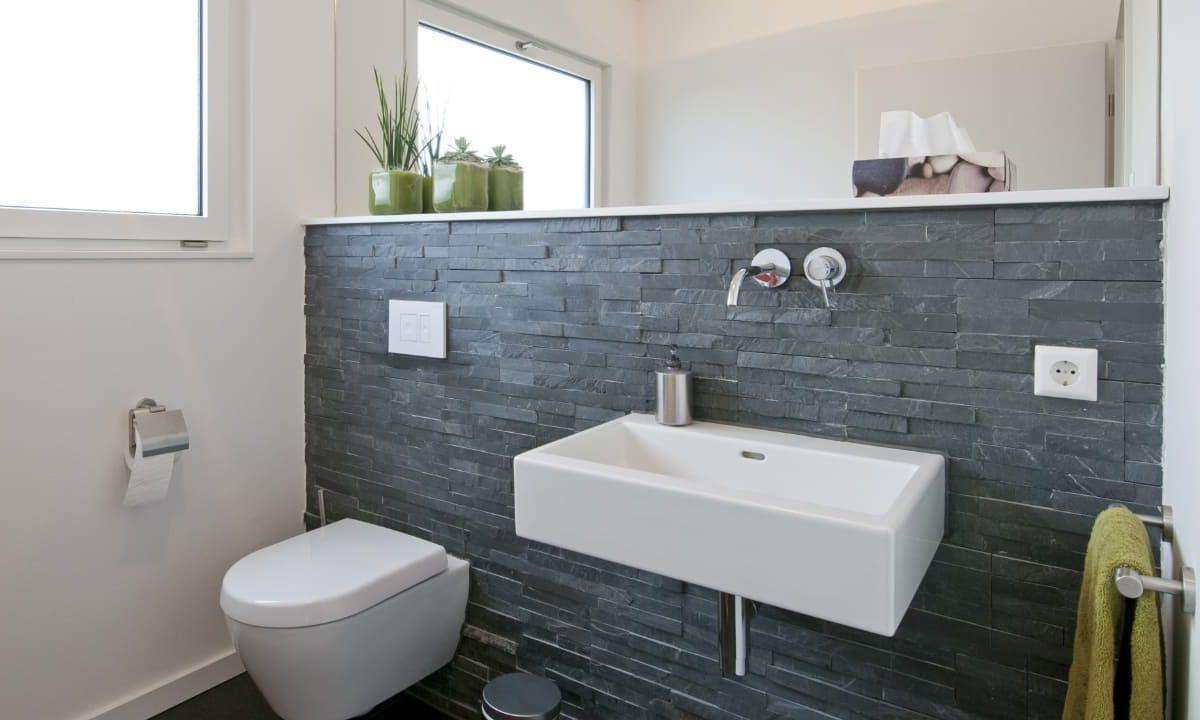 Kundenhaus in Unterfranken - Eine weiße Spüle sitzt unter einem Spiegel - Bad
