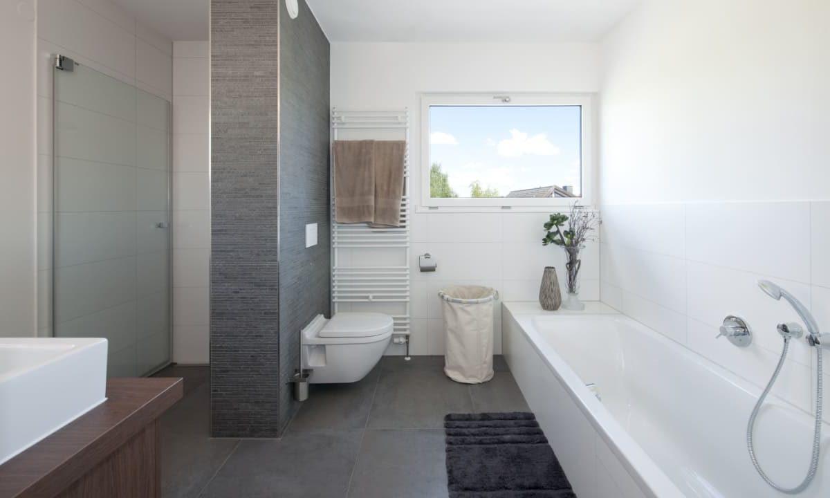 Kundenhaus in Unterfranken - Eine große weiße Wanne neben einem Fenster - Interior Design Services