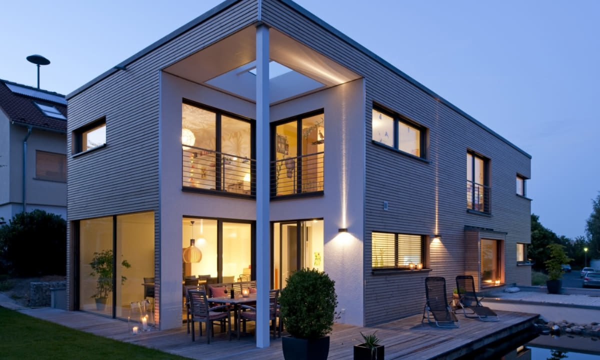Kundenhaus in Unterfranken - Ein großes Backsteingebäude mit einer Uhr an der Vorderseite eines Hauses - Haus