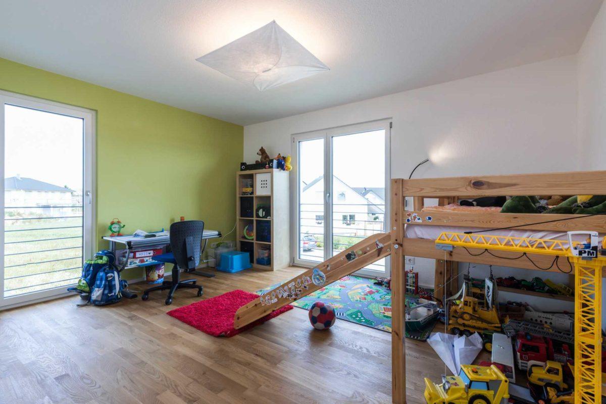 Haus-Empfingen - Ein Raum voller Möbel und ein großes Fenster - Empfingen