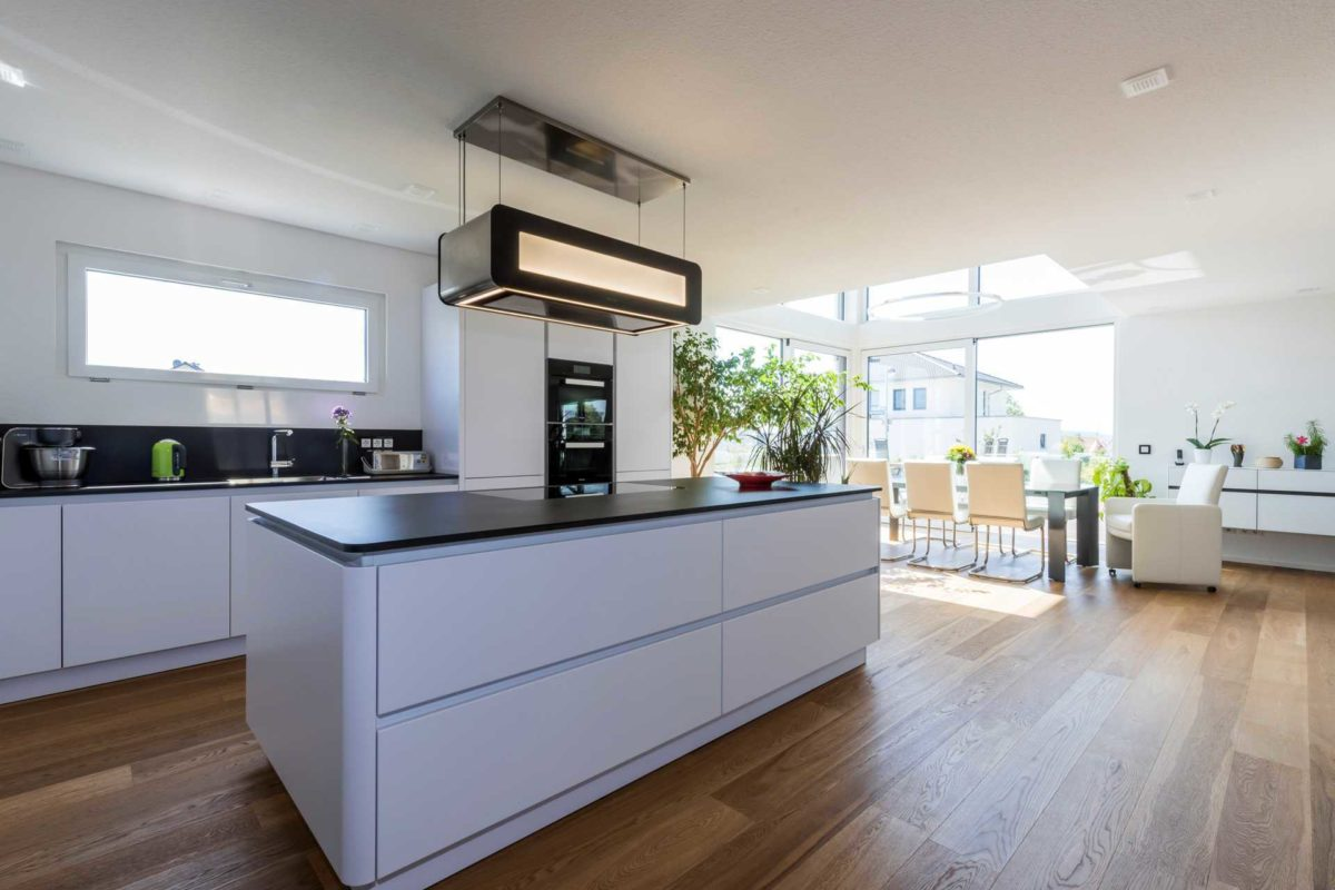 Haus-Empfingen - Eine Küche mit weißen Schränken und einem großen Fenster - Küche