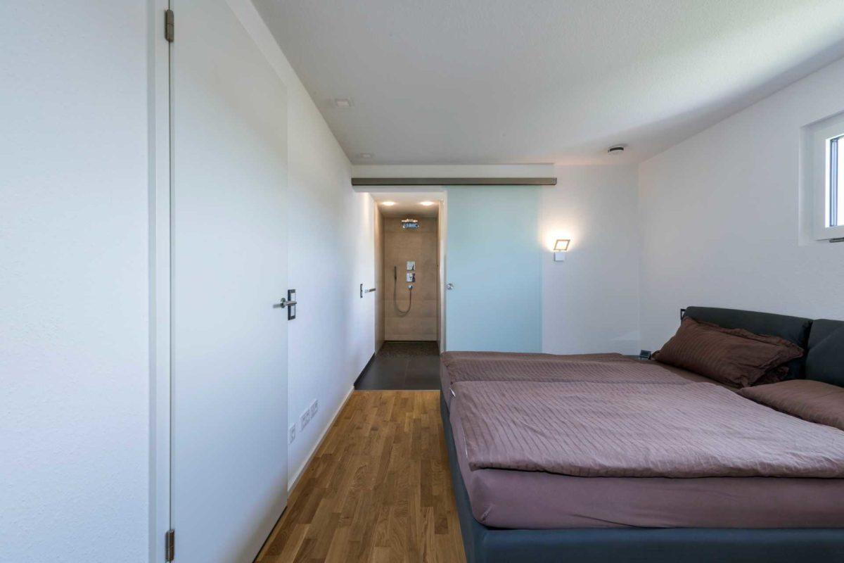 Haus-Empfingen - Ein Schlafzimmer mit einem Bett in einem Raum - Schlafzimmer