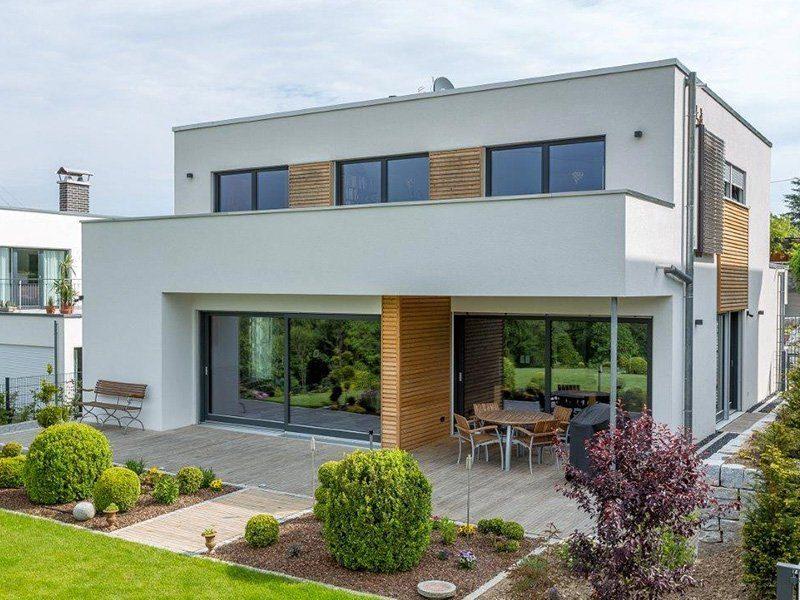 Bauhaus-Villa - Ein haus mit büschen vor einem gebäude - Bauhaus