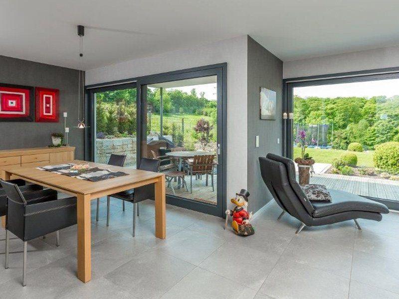Bauhaus-Villa - Ein Raum voller Möbel und ein großes Fenster - Terrasse