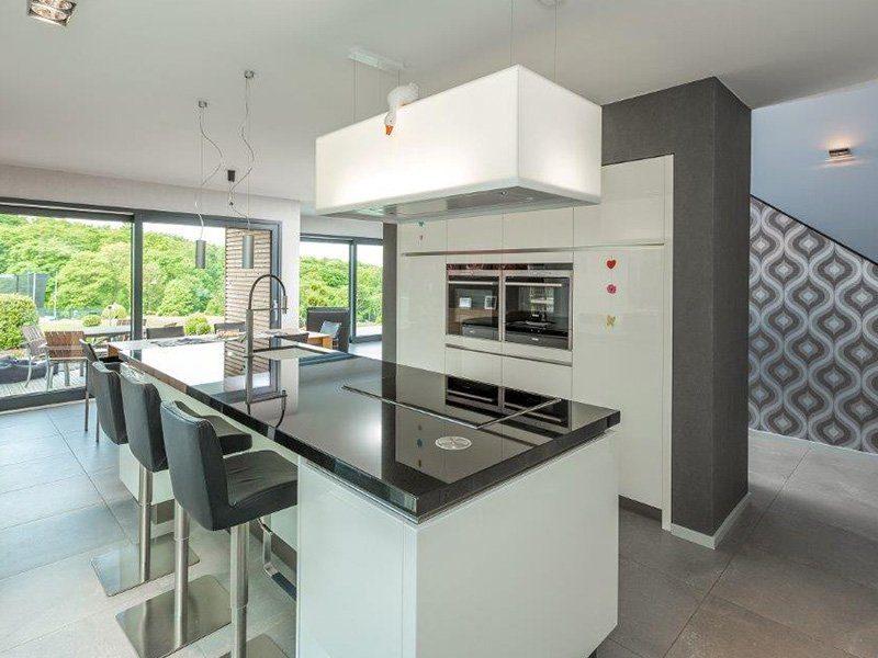Bauhaus-Villa - Eine große Küche mit Edelstahlgeräten - Haus