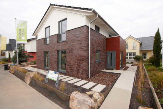 Musterhaus Mila - Eine Nahaufnahme von einem Backsteingebäude - Gussek Haus