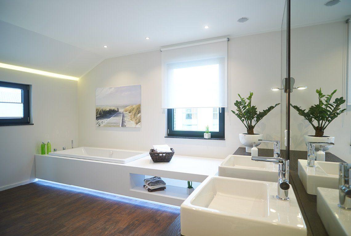 Musterhaus Innovation R - Eine große weiße Wanne neben einem Waschbecken - RENSCH-HAUS Musterhaus-Standort Bad Vilbel