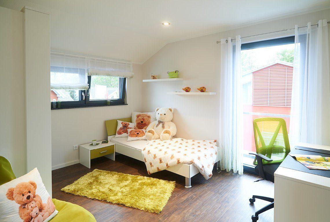 Musterhaus Innovation R - Ein Wohnzimmer mit Möbeln und einem großen Fenster - Interior Design Services