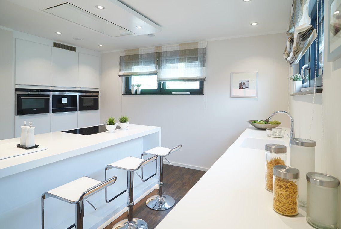 Musterhaus Innovation R - Eine küche mit waschbecken und spiegel - RENSCH-HAUS Musterhaus-Standort Bad Vilbel