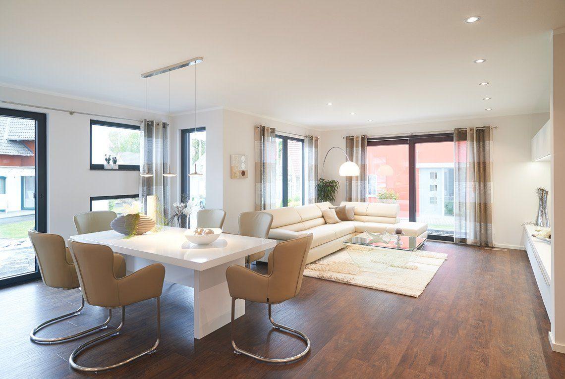 Musterhaus Innovation R - Ein Wohnzimmer mit Möbeln und einem großen Fenster - Wohnzimmer