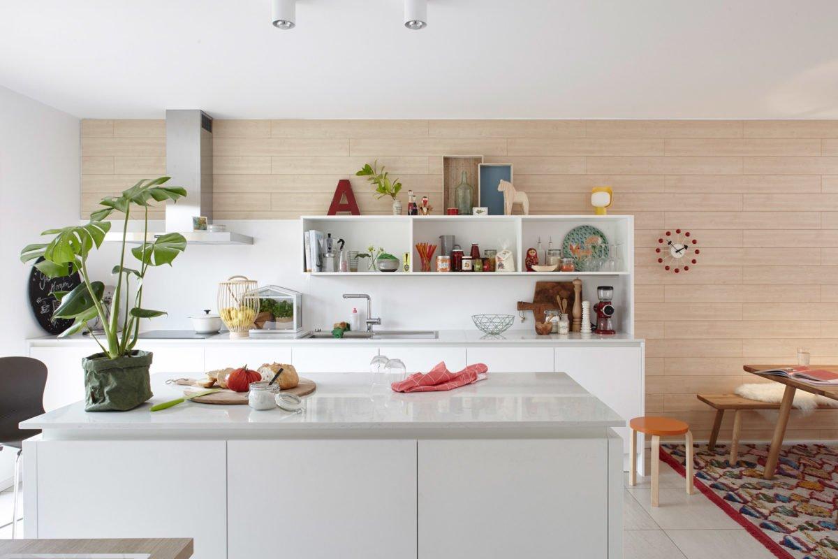 Musterhaus Mono - Eine Küche mit einer weißen Theke - Küche
