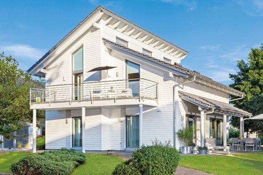 Schwoerer Young Family Home Large - Eine große Wiese vor einem Haus - Satteldach