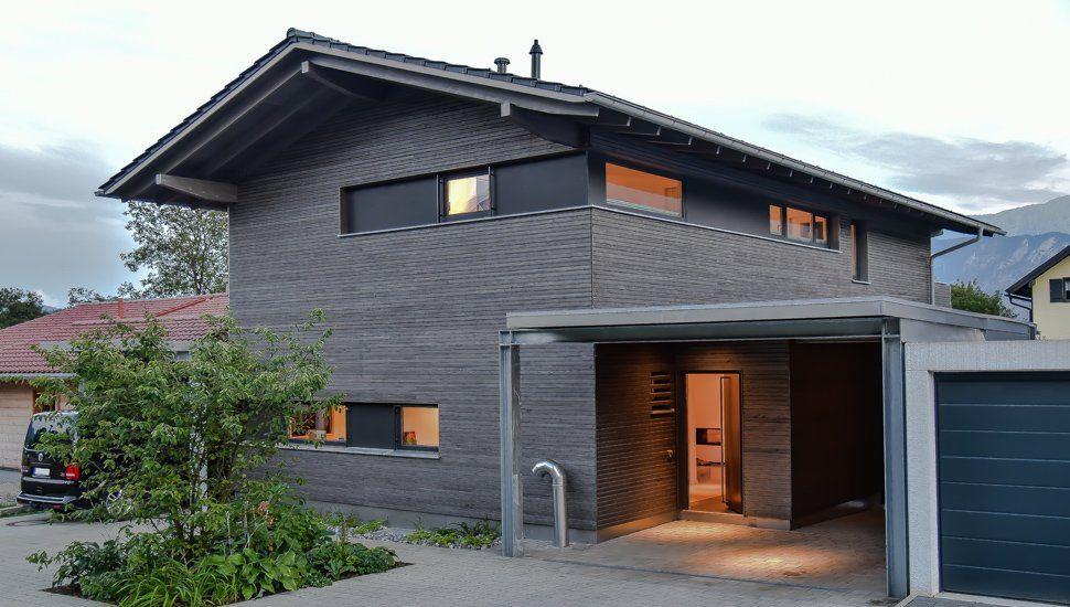Haus mit sägerauher Holzfassade