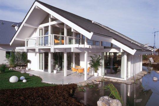 Davinci Musterhaus Poing - Eine große Wiese vor einem Haus - Haus
