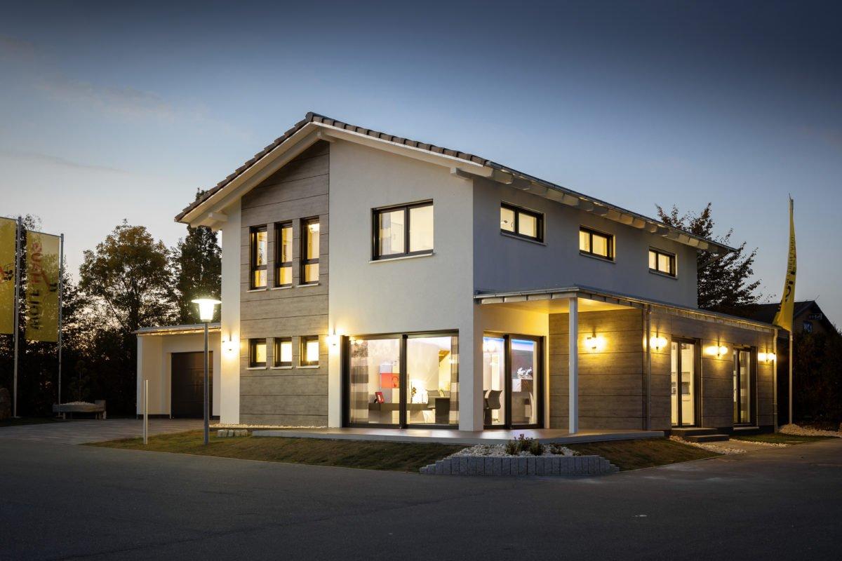 Edition Select 186 (Musterhaus Mannheim) - Ein leerer Parkplatz vor einem Haus - Haus