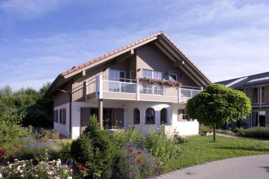 Landhaus Exklusiv - Ein haus mit büschen vor einem gebäude - Haus