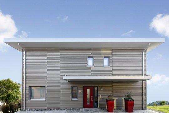 Musterhaus in Suhr - Eine Person, die vor einem Haus steht - Home Expo Suhr