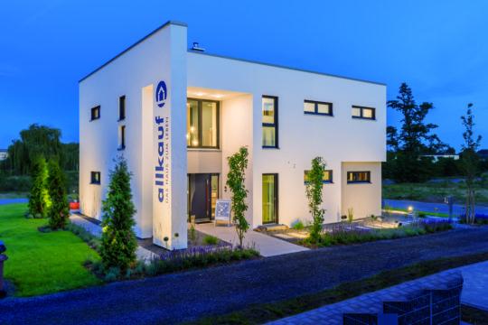Cult 4 - Ein großes Backsteingebäude mit Gras vor einem Haus - Haus