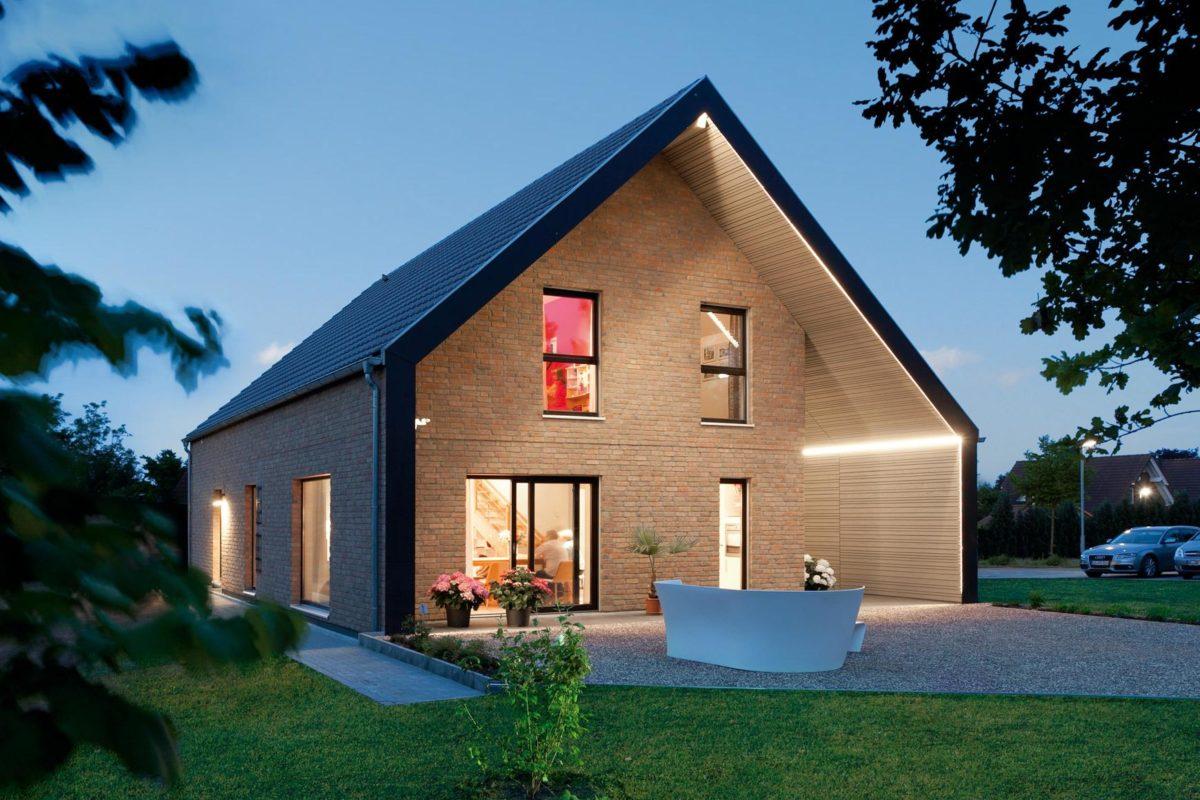 Plan E 15-140.1 - Ein Haus mit Rasen vor einem Backsteingebäude - Haus