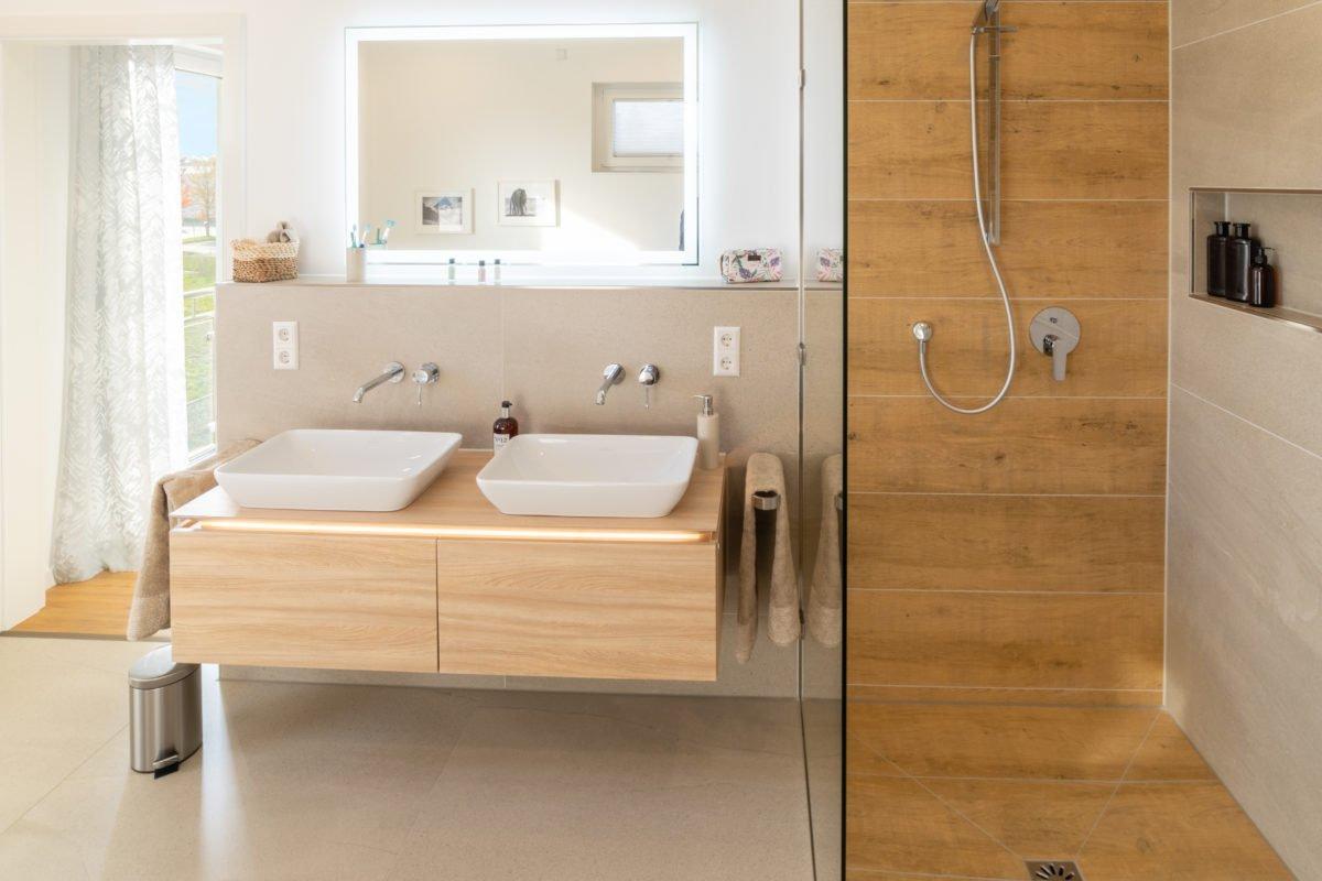 Musterhaus Arnsberg - Ein zimmer mit waschbecken und spiegel - Bettrahmen